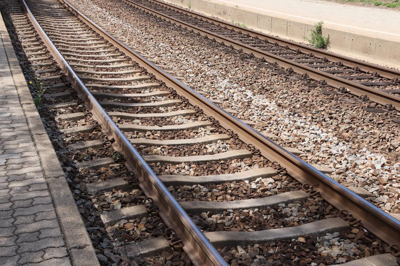 Titelbild zeigt die Schienen eines Hietzinger Bahnhofs