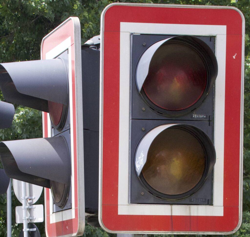Das Bild zeigt eine Typische Lichtanzeige wie Sie an jedem Österreichischen Bahnsteig zu finden ist.
