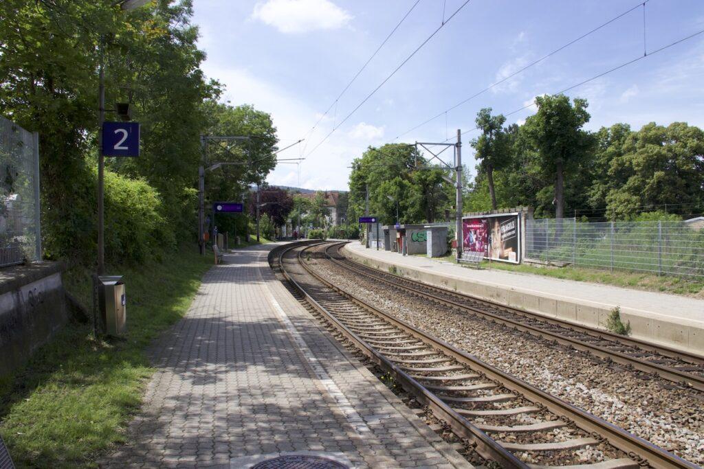 Der Speisinger Bahnsteig bei sommerlichem Wetter